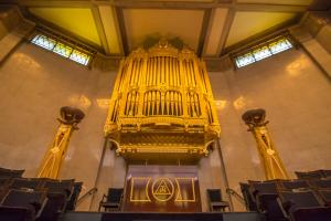The new normal: British people enjoy the first organ concert of the year from home